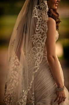 I love this vintage looking veil. Reminds me of the one my mom had.