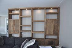 Mooi interieur opgeleverd met een prachtige kast - RestyleXL Bookshelf Design, Bookshelves, Bookcase, Diy Furniture Hacks, Furniture Inspiration, Ladder Decor, Side Board, Home Decor, Future