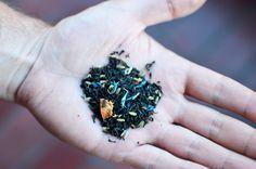 Earl Grey Bravo // El té Earl Grey Bravo es una mezcla clásica de té negro artesanal de Sri Lanka, saborizado con bergamota (una fruta cítrica). Es el perfecto té para disfrutar en la tarde, con su aroma fresco y cítrico, estimulante y embriagador, levemente seco en nariz. Su sabor a cáscara de naranja es redondo y equilibrado, permitiéndole equiparar el sabor ácido del té negro de Ceylán. Nuestro té Earl Grey Bravo presenta un final secante agradable con una persistente dulzura cítrica. Sri Lanka, Rings For Men, Tea Pots, Fruit, Men Rings