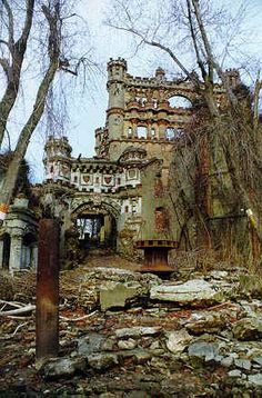 Hudson Valley Ruins: Bannerman's Castle, on Pollepel Island in the middle of the Hudson River. If you're taking the train down to NYC, you can see it from the tracks. Abandoned Buildings, Abandoned Castles, Abandoned Mansions, Old Buildings, Abandoned Places, Beautiful Buildings, Beautiful Places, Mansion Homes, Magic Places