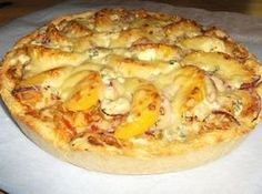 Pannupizza broilerisuikaleista Hawaiian Pizza, Cheese, Food, Meals, Yemek, Eten