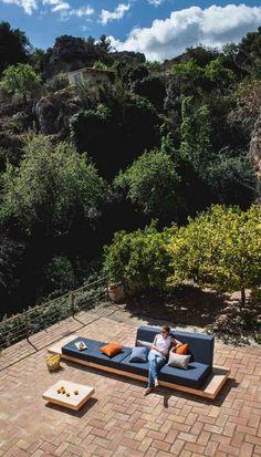 """Mit dem modularen Outdoor Sofa """"The Island"""" gemütliche Sitzinseln ..."""