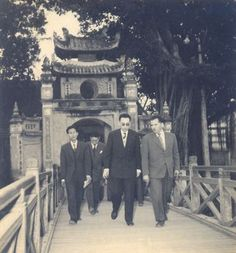 Visite officielle au Vietnam de la délégation du Gouvernement Provisoire de la République Algérienne (GPRA) en 1958. Hanoi, le 13 décembre 1958. Visite de La délégation du GPRA à la Pagode Ngoc Son sur le lac de l'Epée à Hanoi. (de gauche à droite : M.M Duc Minh, Ben Khedda, ministre des Affaires Sociales, Mahmoud Cherif, Ministre du Ravitaillement)