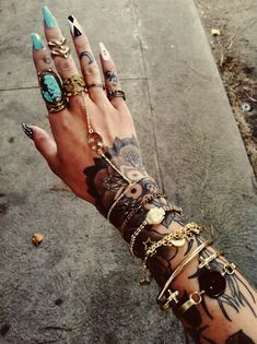 gypsyone:    the girl with the tattooed hands