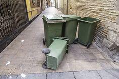 Ribaltare i cassonetti della spazzatura è reato