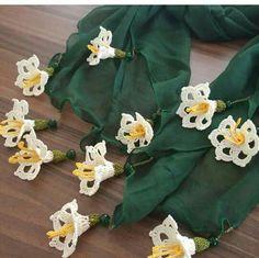 Ideas for crochet lace flower pictures Crochet Flower Scarf, Crochet Leaves, Crochet Shawl, Crochet Flowers, Crochet Designs, Crochet Patterns, Crochet Baby Bibs, Crochet Decoration, Unique Crochet