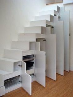 Des placards sous l'escalier pour ranger ses affaires efficacement
