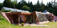 Earthship Builds are opportunities to work side by side with our crew in locations all over the globe. Most builds will take an Earthship from to start to finish. Alternative Energie, Earthship Home, Off Grid House, Earth Homes, Eco Friendly House, Homestead Survival, Survival Skills, Off The Grid, Sustainable Living