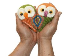 Tutorial: little couple of owls that being close together forming a heart! Special Valentine's Day are crocheted in the art of amigurumi (KNITTING amigurumi owl) Owl Crochet Patterns, Crochet Owls, Owl Patterns, Love Crochet, Crochet Animals, Amigurumi Patterns, Beginner Crochet Tutorial, Owl Crafts, Crochet Projects