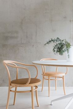 Thonet chairs | Musta ovi