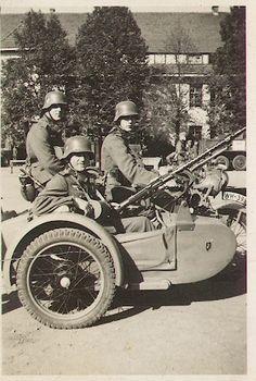Motocicleta Zündapp KS 750 con sidecar, artillada con una MG 34, y con su dotación completa posando.