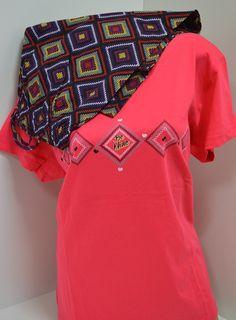 Макси пижама в два чудесно съчетани цвята. Горната част е в коралов цвят и къс ръкав а панталона е в различни цветове подредени в ромбоиди