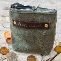 Petite pochette en coton huilé. #wax #coton #cotton #peg&Awl #portemonnaie #madeinUSA #american product #wallet #earphones #lecomptoiramericain #kaki #khaki