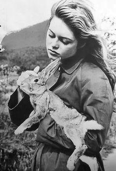 #ANIMAUX - Brigitte Bardot avec un Lapin
