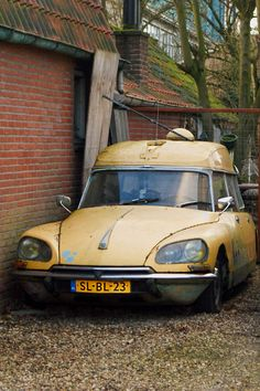 Abandoned Cars, Abandoned Vehicles, Citroen Car, Commercial Vehicle, Car Ford, Ford Models, Ambulance, Old Trucks, Old Cars