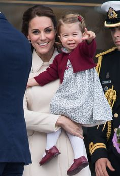 Kate Middleton, Prince William, Prince George, and Princess Charlotte ended their eight-day tour of Canada on Saturday on an adorable note. Prince Georges, Prince George Alexander Louis, Kate Middleton Et William, Princesse Kate Middleton, Prince William Family, Prince William And Catherine, William Kate, George Of Cambridge, Duchess Of Cambridge