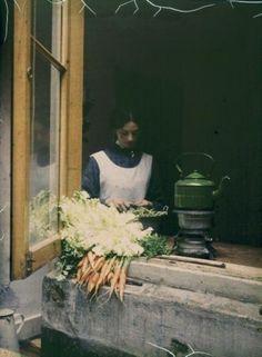 Dienstmeid in de keuken, Autochroom opname (1907-1935)