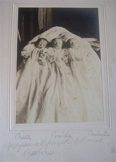The rarity of triplets back.Triplets post mortem Though I know they go back home,it makes me sad to here they been gone.In the Lords care*** Victorian Photos, Victorian Era, Antique Photos, Vintage Photographs, Memento Mori, Post Mortem Pictures, Post Mortem Photography, Before Us, Macabre