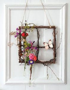 Spring window made of tree branches- Frühlingsfenster aus Ästen Bastelanleitung Spring door decoration with wood and flowers – crafting instructions via Makerist. Twig Crafts, Nature Crafts, Garden Crafts, Home Crafts, Diy Home Decor, Diy And Crafts, Tree Branch Crafts, Tree Branch Decor, Decor Crafts