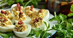 Jajka faszerowane nadają się nie tylko na wielkanocne śniadanie. W naszym domu np., częściej pojawiają się w porze kolacji. Ciekawe, ile jaj...