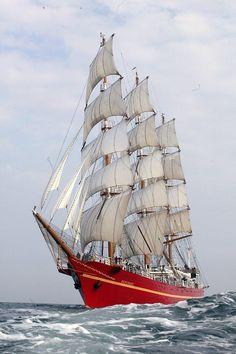 Hay muchos tipos de barcos. Este es una fragata.