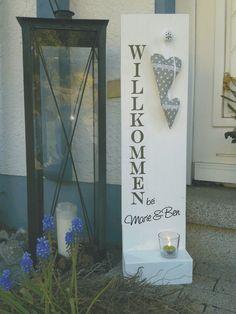 Dieses weiße Holzschild begrüßt die Gäste schon an der Haustür oder es ist im Flur ein schöner Blickfang. Es ist ein tolles Geschenk zum Geburtstag, zur Hochzeit oder zum Einzug.  Es wurde...