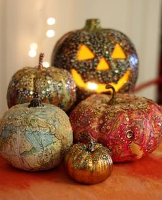Decoupaged and embellished pumpkins! Wonderful idea for next years Halloween ♥♥