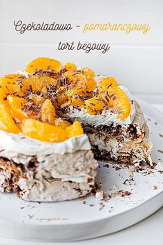 Chocolate and Orange Meringue Torte with Hazelnuts Muffins Frosting, Delicious Desserts, Dessert Recipes, Pavlova, Vegan Ramen, Cupcakes, French Desserts, Macaroons, Food And Drink
