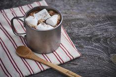 寒さも本格的になってきましたね。温かい飲みものがうれしい季節です。ふだんのインスタントコーヒーにちょっぴり手を加えるだけで、人気カフェみたいなおしゃれホットドリンクが完成! 焼き立ての「りんごのアップサイドダウンケーキ」とも相性抜群ですよ。山のてっぺんで手作りの山カフェして、ひと休みしたら元気に下山しましょ!マシュマロがふんわりクリーミーに!カフェモカ材料(1人分)ミルクココア(市販品)…1袋(18g)インスタントコーヒー(市販品)…1袋(2g)マシュマロ…4個