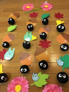 「まっくろくろすけ」の吊るし飾りを作ってみました。トトロの曲が流れると子どもたちは「まっくろくろー!」と大喜びです。
