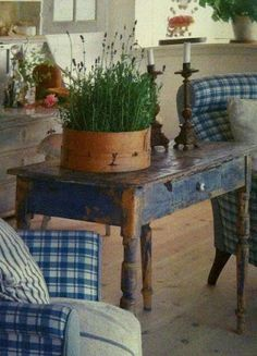 shabby little blue table with lavender. Country Blue, Country Decor, Rustic Decor, Farmhouse Decor, French Country, Rustic Blue, Country Style, North Country, Country Interior