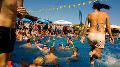 Abireise zum Goldstrand - Sprung in den Pool