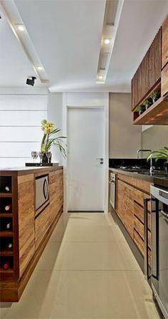 Cozinha em madeira com cor de madeira | via Simplesdecoracao.
