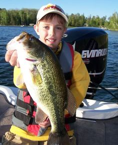 HOW TO catch early season bass (Image: Bob Jensen) Fishing Photos, Bass Fishing Tips, Fishing Videos, Sport Fishing, Fishing Bait, Best Fishing, Fathers Day In Heaven, In Memory Of Dad, Largemouth Bass