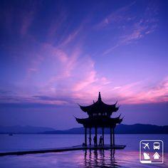 Hangzhou, na China, é conhecida por seus monumentos históricos e belezas naturais. Com uma foto fantástica dessa, confirmamos o quão linda essa cidade pode ser! Vem atravessar o mundo com a Clube Turismo! #Viagens #AmoViajar #ClubeTurismo #ClubePeloMundo