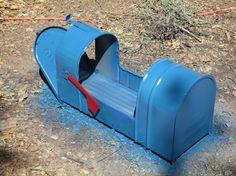 make a garden planter from a mailbox, container gardening, flowers, gardening, repurposing upcycling Mailbox Planter, Old Mailbox, Mailbox Garden, Vintage Mailbox, Diy Garden, Garden Crafts, Garden Planters, Garden Art, Garden Tools