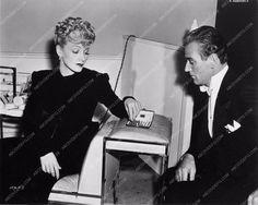photo candid Marlene Dietrich John Wayne playing chess behind the scenes 910-14