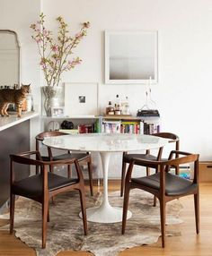 25 Exciting Mid Century Small Dining Room Design And Decor Ideas - Page 15 of 24 Cottage Dining Rooms, Dining Room Sets, Dining Room Design, Dining Room Furniture, Dining Room Table, Furniture Decor, Living Room, Furniture Online, Kitchen Chairs