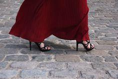 outfit red maxi dress flattery Während die halbe Bloggerwelt auf den FashionWeeks dieser Welt unterwegs ist, verfolge ich alles ganz gespannt über Social Media. Passend zu den tollen Looks mit unfassbaren Kleidern, gibt es heute auch bei mir ein etwas auffälligeres Stück zu sehen.