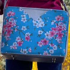 Sac Mambo bleu et gris à fleurs cousu par Anne-Marie - Patron Sacôtin