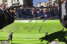 Roberto Saviano mette in moto la Mehari di Giancarlo Siani   © Machi di Pace