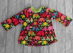 handgemachtes Mädchenshirt, Größe 98  Hergestellt aus Stretchjersey (Sweatstoff) mit wärmender Innenseite ( 80% Baumwolle, 20% Polyester ).  Auf dem Vorderteil ist eine große Eingriffstasche aufgenäht.  Ärmellänge 31 cm, Brustweite einfach 32 cm, Gesamtlänge ca. 42 cm  Dieses Mädchenshirt ist in Handarbeit gefertigt und hergestellt in Deutschland
