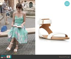 April's white sandals on Chasing Life.  Outfit Details: http://wornontv.net/52170/ #ChasingLife