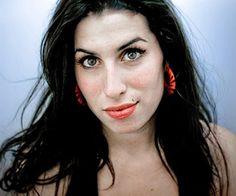 A mulher que estava por trás de tantos makes e penteados inusitados nasceu em Londres no dia 14 de setembro de 1983. As primeiras imagens da infância de Amy Winehouse divulgadas na imprensa mostravam uma menina que gostava de se vestir de bailarina e