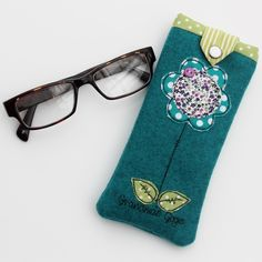 Are you interested in our Personalised Glasses Case? With our Mother's day Flower Glasses cover you need look no further. Free Motion Embroidery, Free Machine Embroidery, Hand Embroidery, Personalised Glasses, Bird Applique, Orange Fabric, Embroidery Techniques, Diy Crafts To Sell, Couture