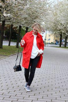 Wie ein roter Mantel ein legeres Outfit aufpeppt
