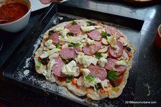 Aluat pentru pizza – reteta lui Gennaro Contaldo (vezi video la final). Un blat de pizza simplu, ca la carte, dupa o reteta italiana autentica prezentata de celebrul Chef Gennaro (unul dintre mentorii lui Jamie Oliver). Acest blat de pizza se prepara foarte rapid iar rezultatul e grozav! Bineinteles ca pizza va fi cu blat … Gennaro Contaldo, Bread And Pastries, Jamie Oliver, Pizza Dough, Hawaiian Pizza, Prosciutto, Potato Recipes, Vegetable Pizza, Food And Drink