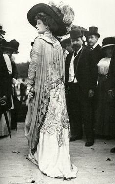 A fashionable woman at the races in 1909 (image scanned from the book 'The Mechanical Smile' by Caroline Evans) <> vintage lady, edwardian 1900s Fashion, Edwardian Fashion, Vintage Fashion, Fashion Women, Fashion Brands, High Fashion, Belle Epoque, Old Dresses, Vintage Dresses