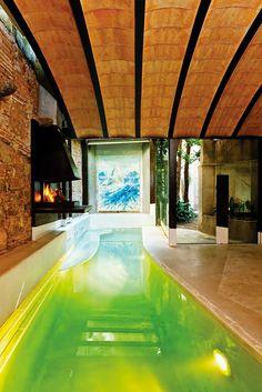 Yo estoy nadando en la piscina. La piscina con la chimenea