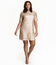Check this out! Een korte jurk van mesh met paillettenborduursel. De jurk heeft korte mouwen en een ritssluiting achter. Gevoerd met tricot. – Ga naar hm.com om meer te bekijken.